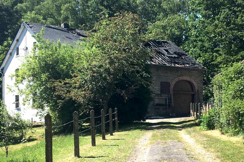 ruine d'une maison incendiée et contre expertisées en Belgique (province du luxembourg)